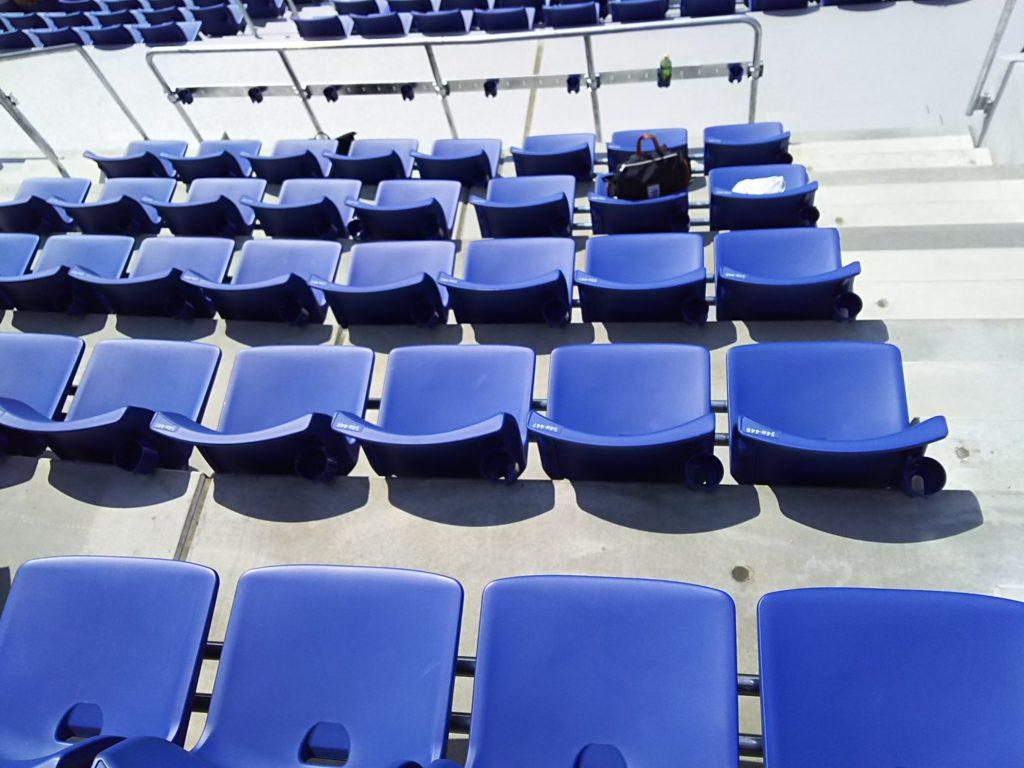 ウィング席の51段~55段目あたりは少し席間の間隔が狭いです