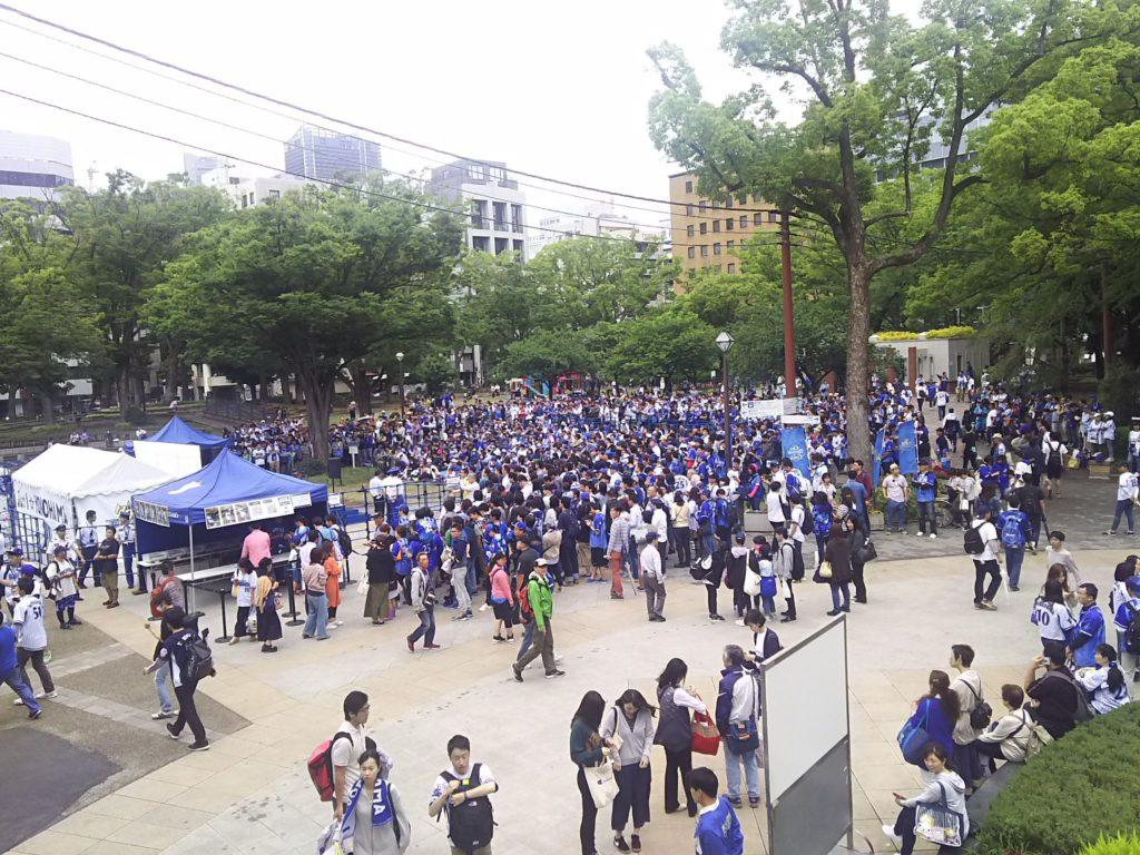 8ゲート前の特設ステージ周辺の人混み
