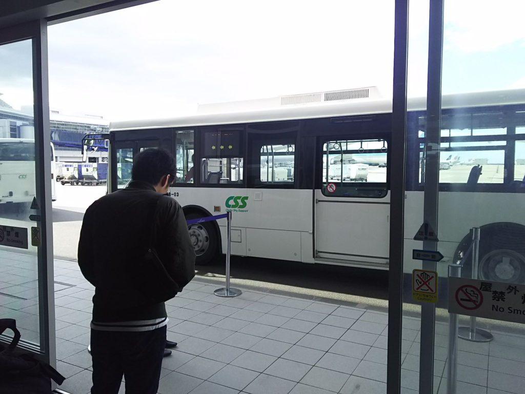 搭乗機に向かうバス