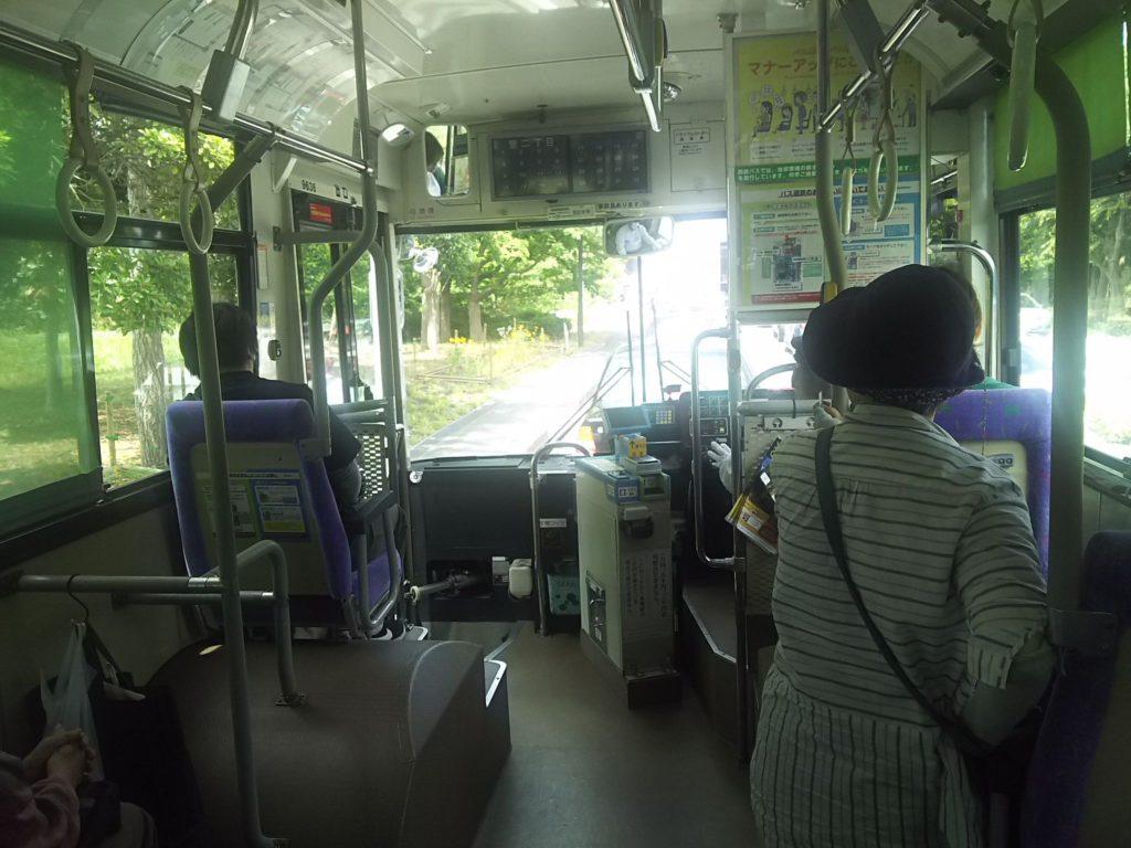 福岡タワー行きバス車内。福岡空港から乗る人は少なくて最初は快適でしたが、快適なのは博多駅まででした…