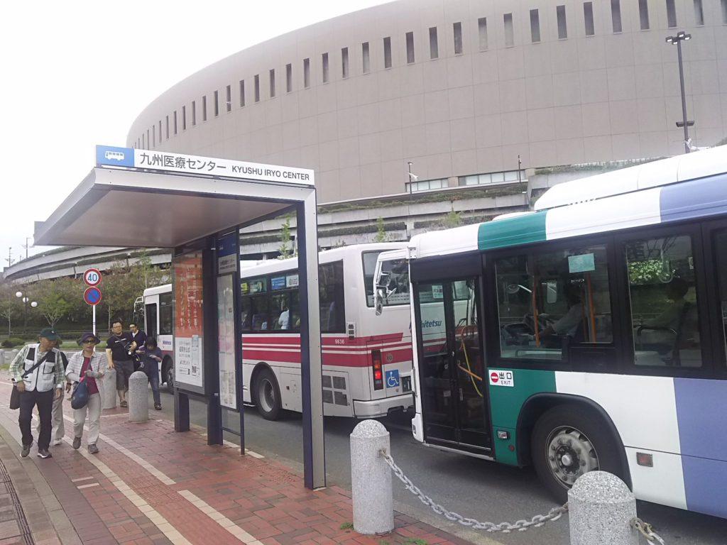 九州医療センターのバス停はヤフオクドーム西側の目の前です