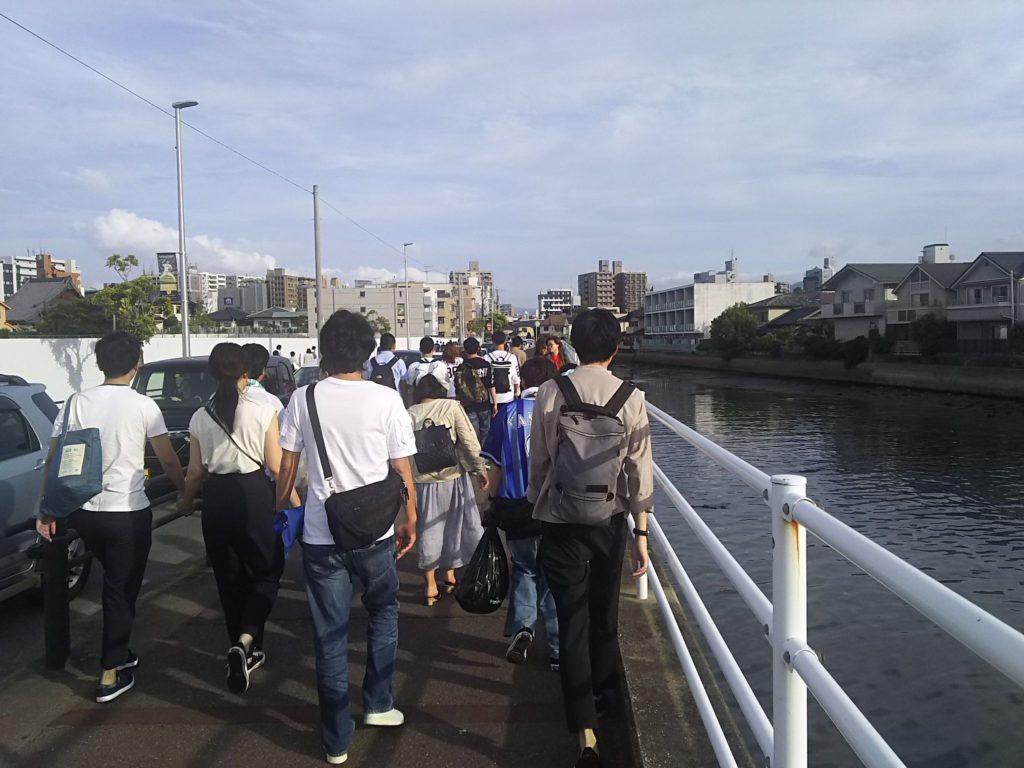 唐人町駅へ向かう川沿いの道。ちなみにこの川、ドブ川のようでかなり臭いです。