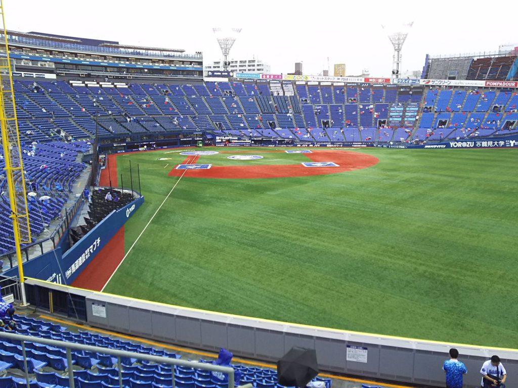 球場内に入場するとグランドには雨除けのシートが掛かっており、試合前の練習は行われていませんでした