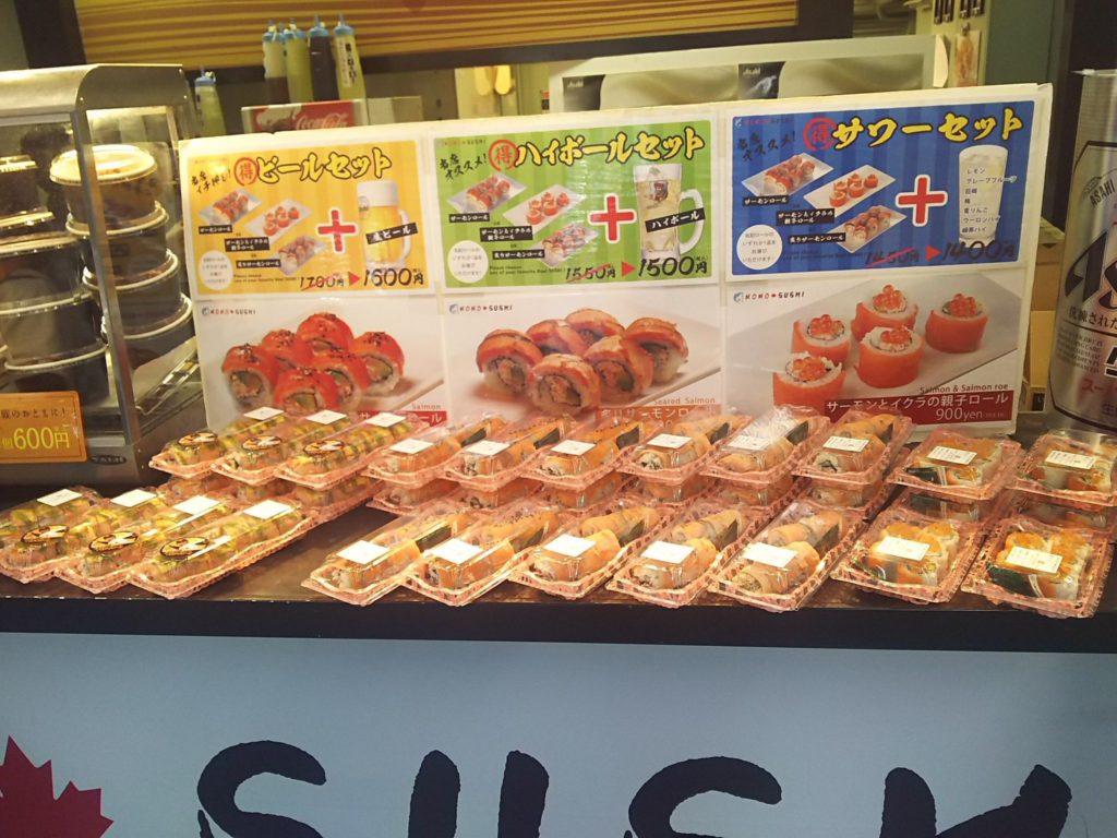 サーモンロール、炙りサーモンロール、サーモンといくらの親子ロールの3種類が陳列されているMOMO SUSHI