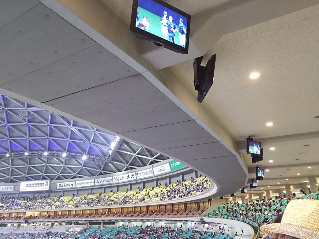 プライムツイン席の頭上にはテレビモニターが設置されています