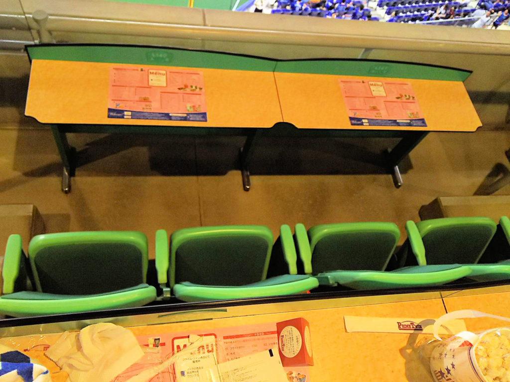 基本、2席+2席の4席ならびの座席配置です
