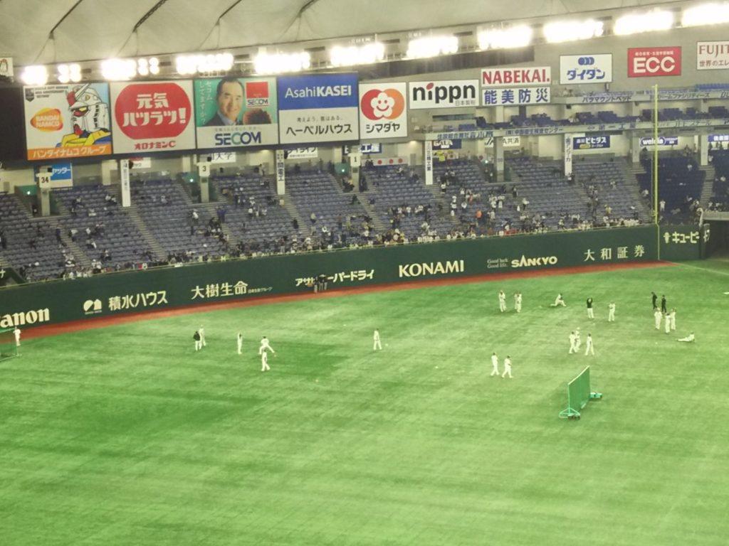 2019年11月17日のプレミア12決勝戦、日本対韓国試合前の練習風景。外野では投手陣がウォームアップ中。