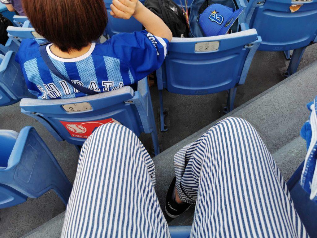 神宮球場の外野指定席C。足元もかなりゆったりしています