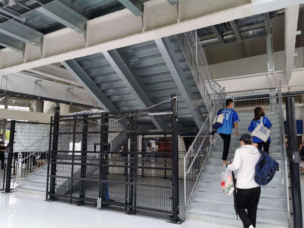 真新しいレフトウィング席の階段
