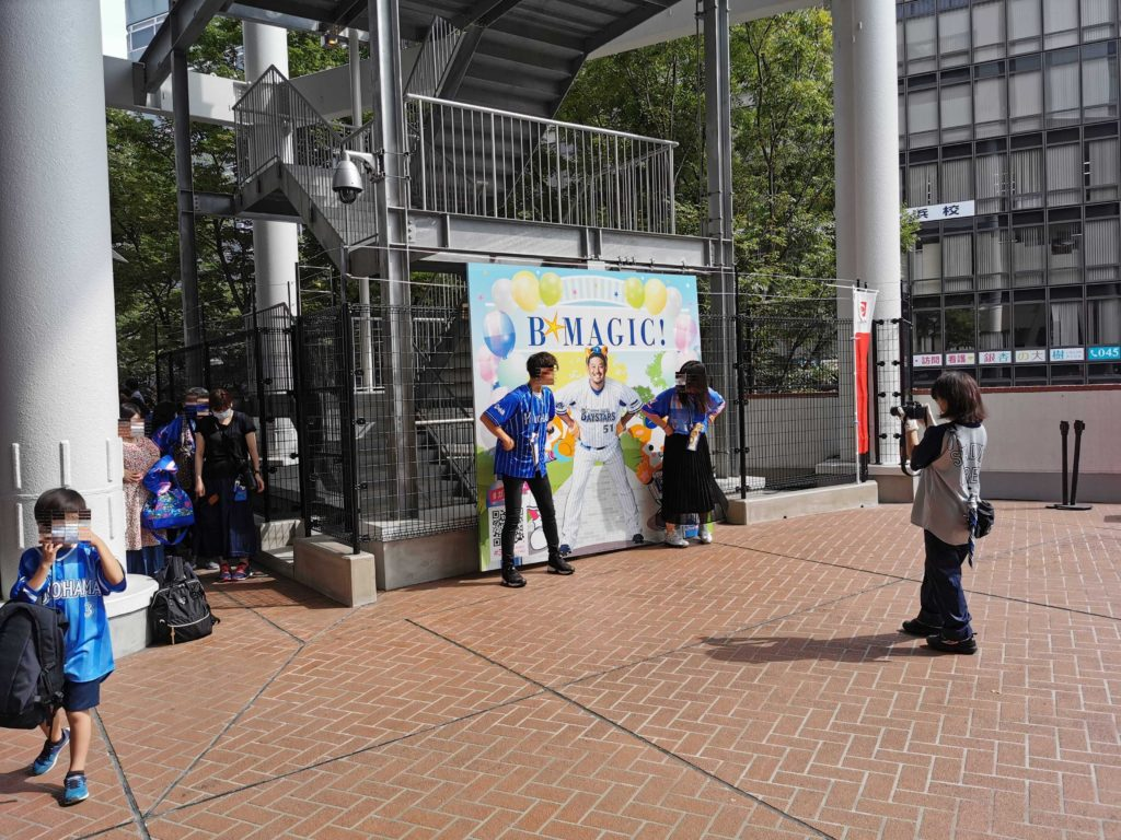 宮崎のパネルの前で撮影するベイスターズファンのカップルの人達