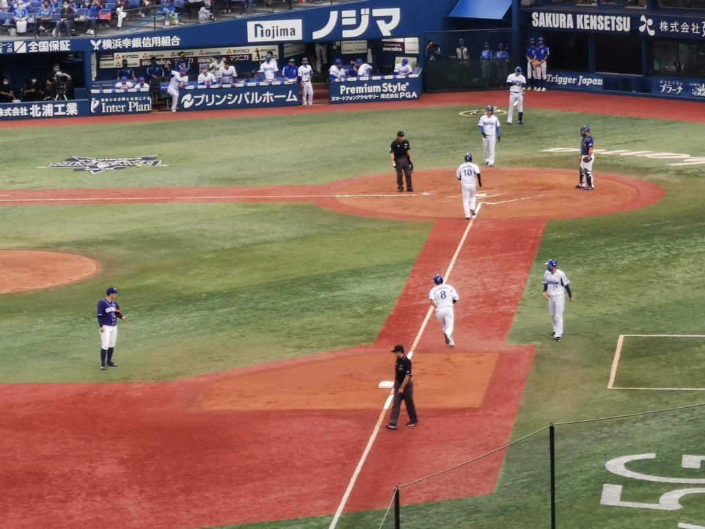 スラッガーのような豪快な特大ホームランを放ち悠々と3塁を回るイケメン神里選手