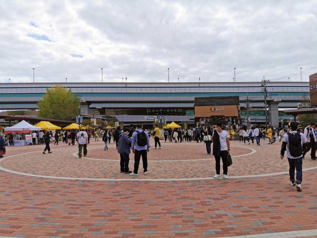 広々とした甲子園駅の駅前広場