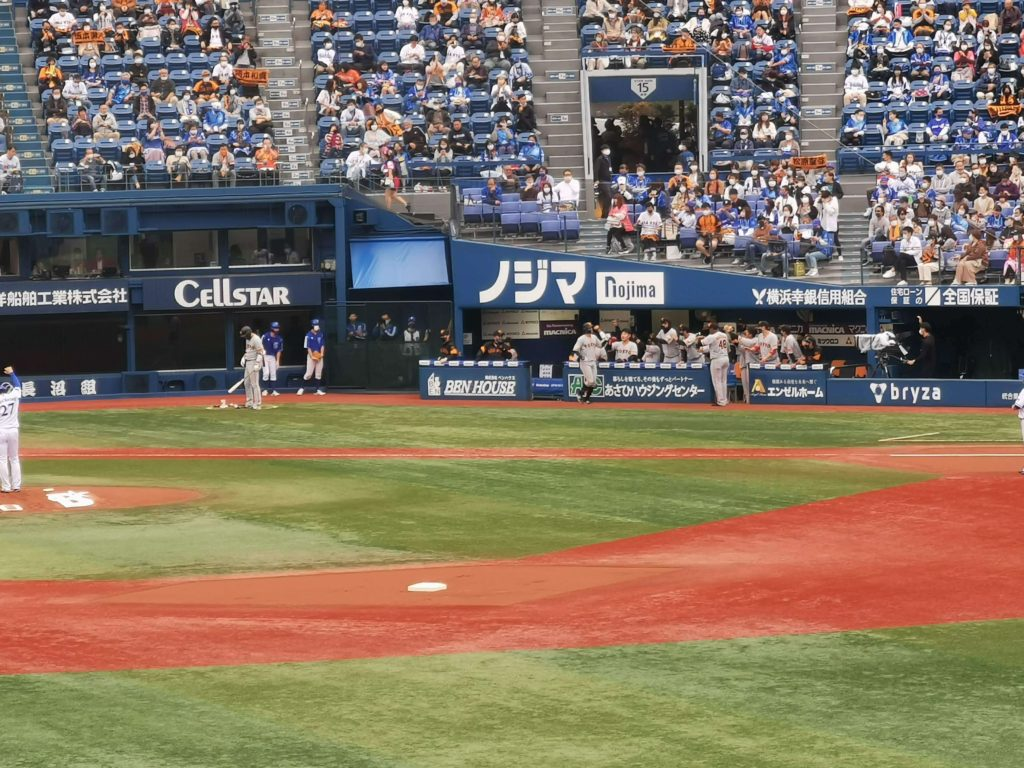 先頭打者本塁打を放った吉川尚を出迎える巨人ベンチ。