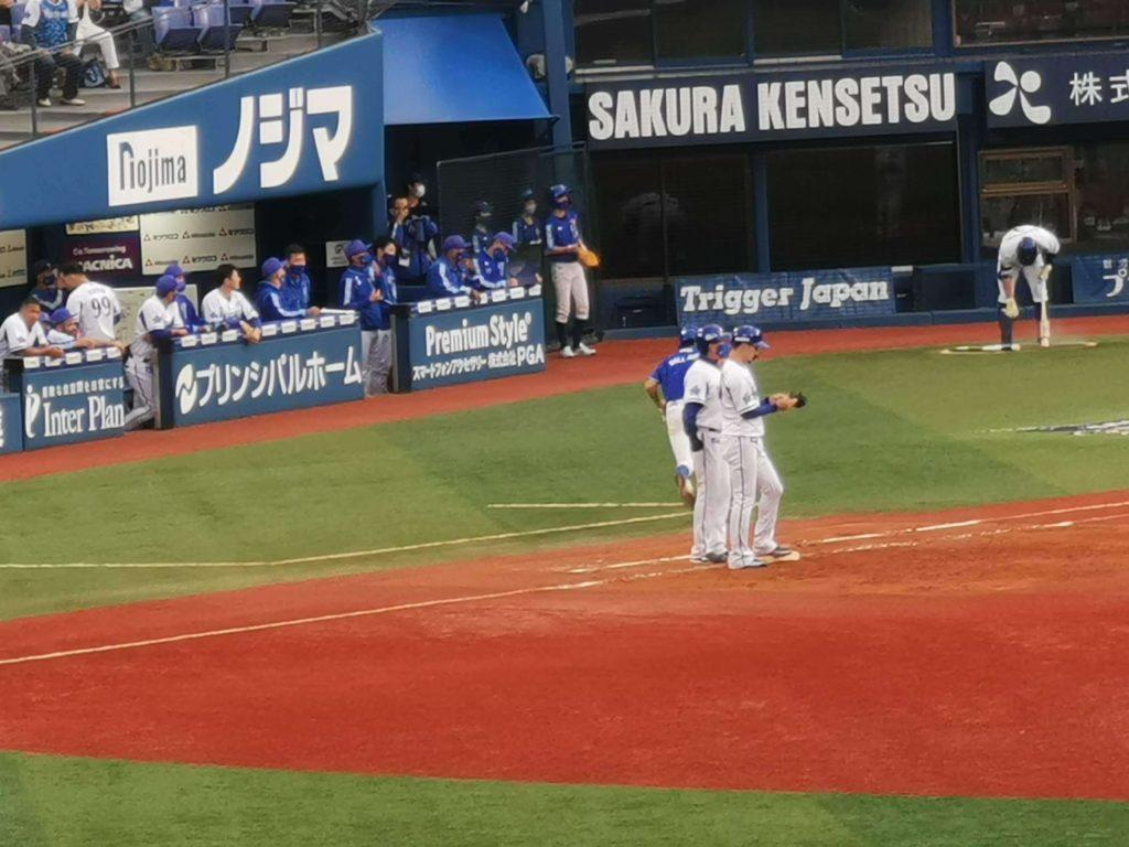 見事タイムリーを放った1塁ベース上の伊藤光