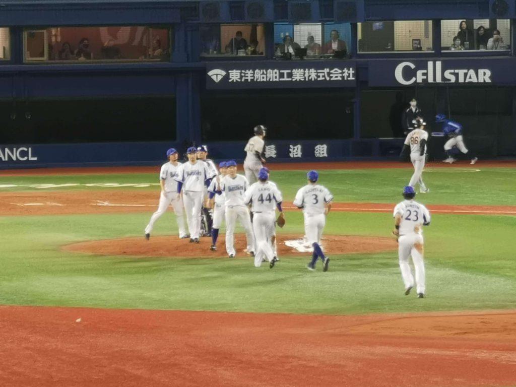 最後はなんとか三嶋が締めて試合終了。勝利の輪。