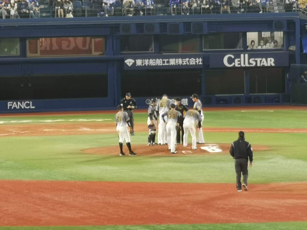 一打サヨナラ負けのピンチにマウンドに集まる阪神ナイン