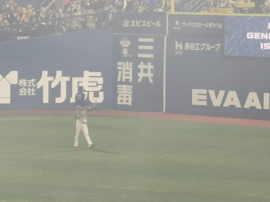 レフトスタンドに向かって手を振る藤川球児