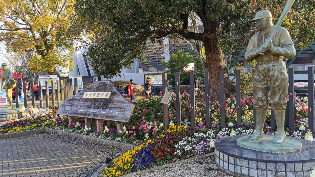 沢村栄治と相対するようにベイブルースの銅像も建っています