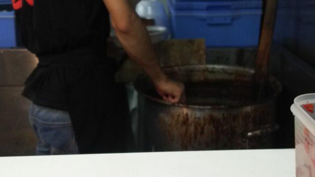 秀雄のカレーは大鍋で作られている