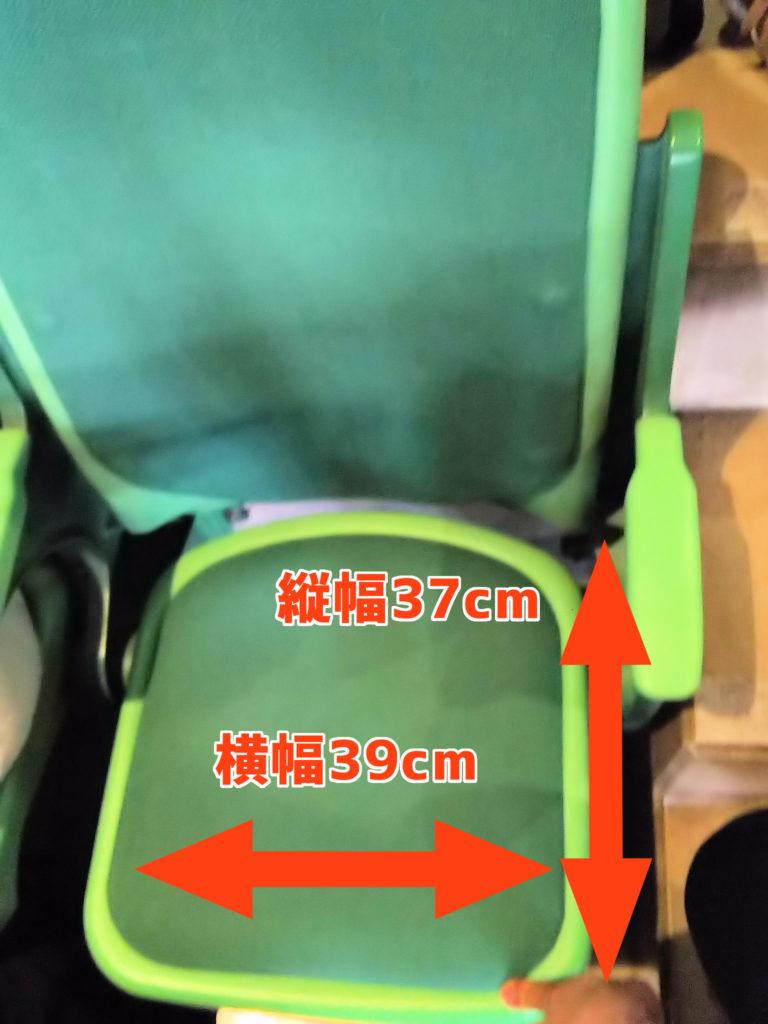 座席のサイズ。座面の横幅39cm、縦幅は37cm。座りやすいクッション付き。