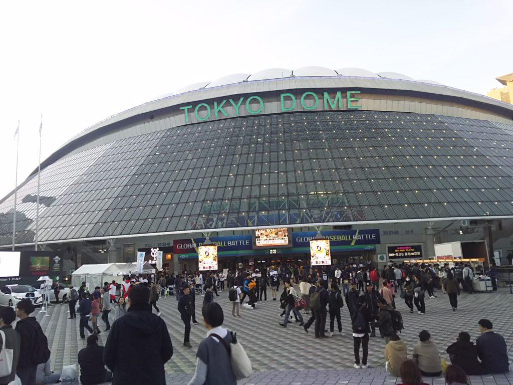 プレミア12試合前の東京ドーム前広場