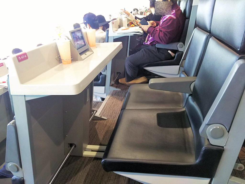 中山競馬場のVシートは革張りのクッション性のある椅子でなかなか快適です