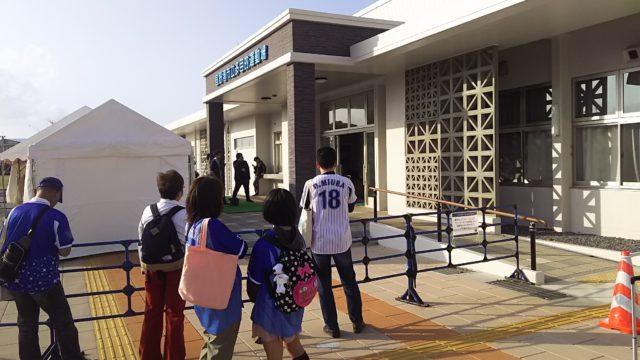 室内練習場の正面玄関前に選手の出待ちをしているファンがいました