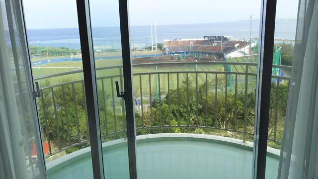 ベランダからは球場が目の前に見えます